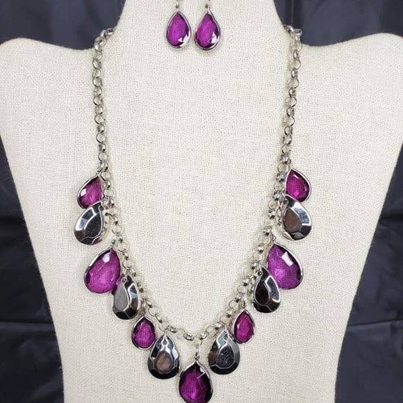 Jewelry - Beautiful necklace and earrings set